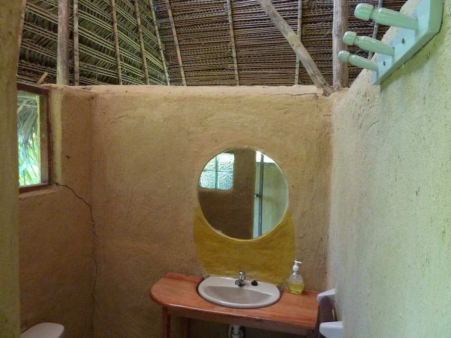 Los baños compartidos son rusticos, amplios y limpios / Shared bathrooms are rustic, clean and spacious.