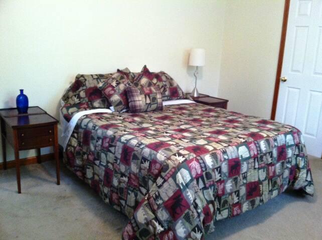 Green Pine Bedroom! Queen Size Bed - 2 Guests!