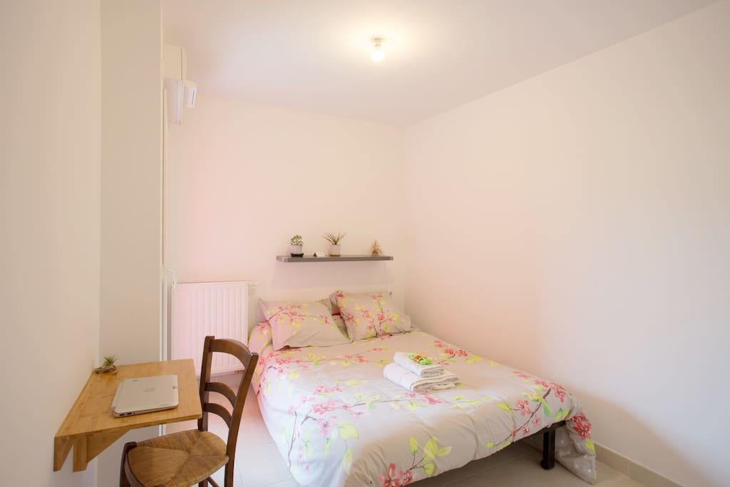 chambre avec loggia hy res. Black Bedroom Furniture Sets. Home Design Ideas