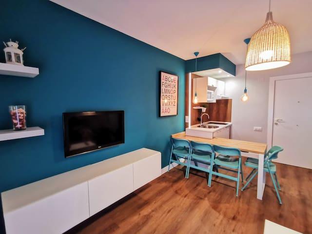 Amplio salón con cocina-comedor integrada