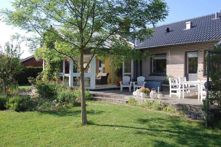 Stort hus med trädgård nära hav och skog - Åhus - Villa