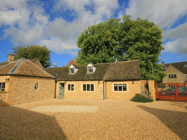 BOW HOUSE COTTAGE, romantic in Bourton-On-The-Water, Ref 988623