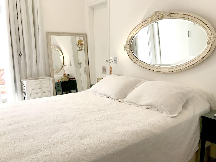 Suíte principal com cama de casal e ar condicionado Split - Master suite with double bed and air conditioning