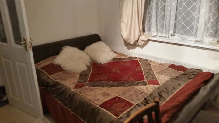 Spacious Double Room Close To Leagrave Station.