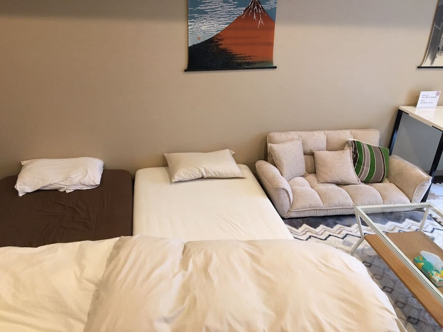 4 person can stay 1 Queen bed 2 Single beds 2 Extra futons No smoking Security double lock Check in     3pm Check out 11am 440 ppt speed wifi rental service Luggage Storage Service (1Luggage Price/2hour ¥1000) Clean Up Room Service(¥7000)  最大4名宿泊可能 1ビッグルーム クイーンベット1 シングルベッド2 エクストラ布団2 禁煙 2重ロック ポケットWIFIレンタルサービス 荷物預かりサービス/1個の荷物価格 (2hour ¥1000) 滞在中お掃除サービス(¥7000税込)