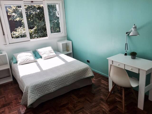 X- Luminosa y acogedora habitación en casa Porteña