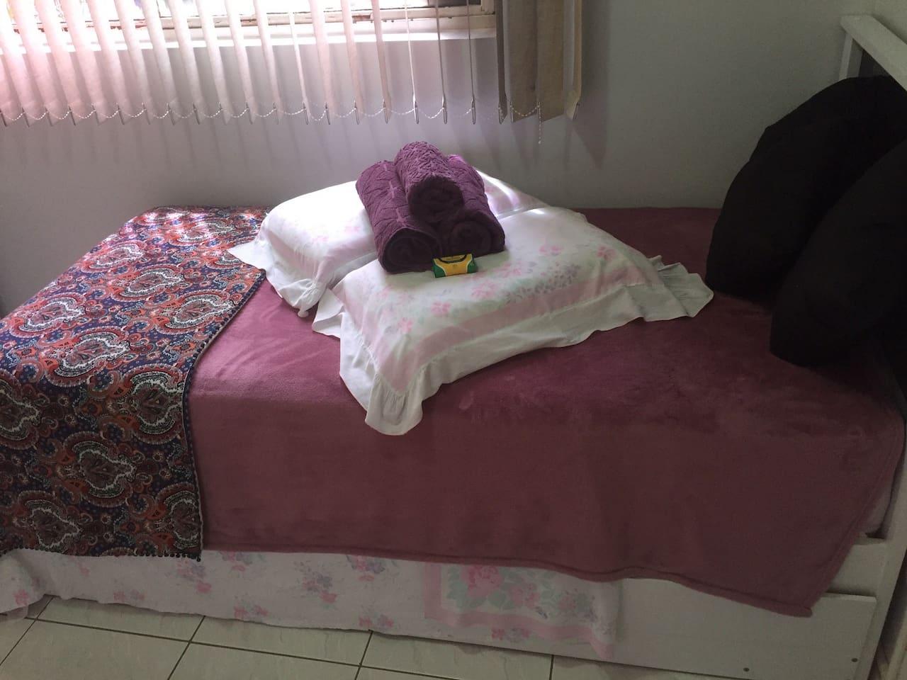Cama/bicama , colchao ortobom super light , travesseiros da nasa, roupas de cama e banho 100% algodão. Cobertor e sabonetes. Almofadas para o seu conforto.Quarto muito aconchegante para 1 ou 2 pessoas da sua família ou amigos!