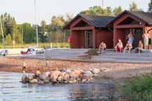 Saunat sijaitsevat aivan uimarannan vieressä