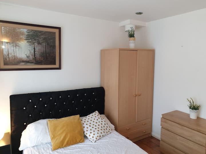 Cosy room near Heathrow in Semi detached property
