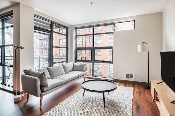 Bright East Lake 1BR w/ Gym, Pool, nr. East Lake Ave, by Blueground