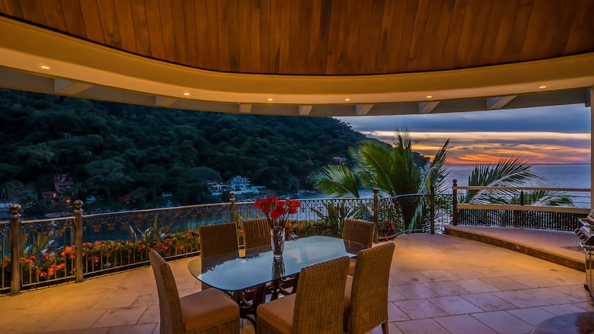 Penthouse with amazing views, and luxury throughout