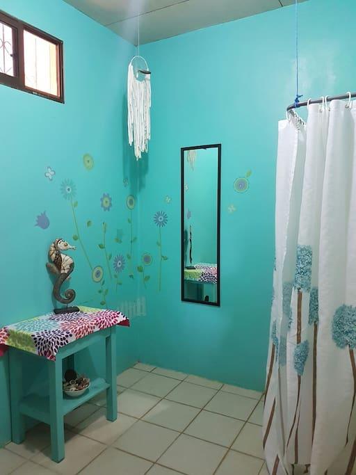 Cette chambre est munie d'une grande salle de bain très éclairée