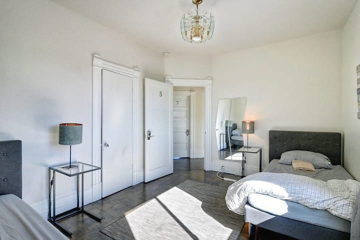 (F5P) 25 min to SF - Private Room in Cool Hostel!