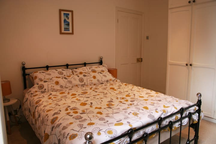 Light & Spacious King Bedroom in Quiet Sydenham