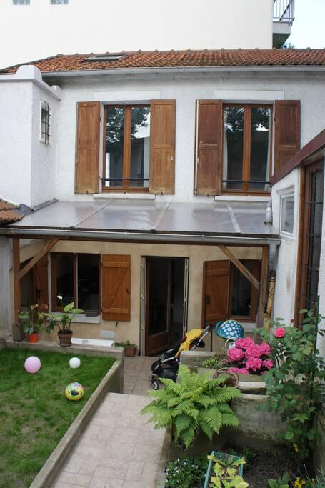 Jardin 20m2 et maison en retrait de la rue avec terrasse