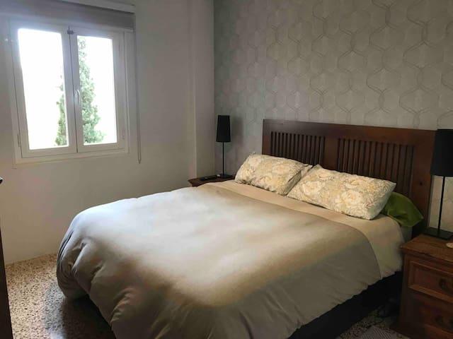 Bonita y tranquila habitación y vistas a montaña