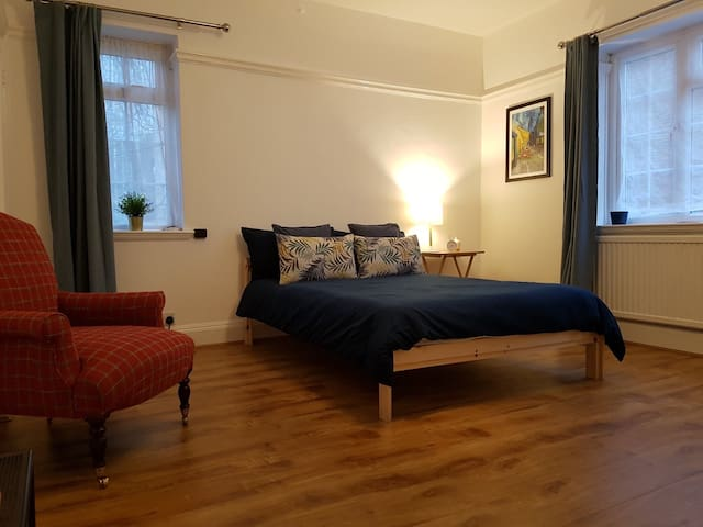 Large bedroom in the heart of the Southbank