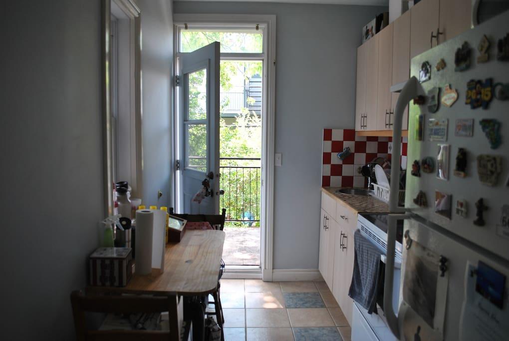 La cuisine avec porte sur le balcon
