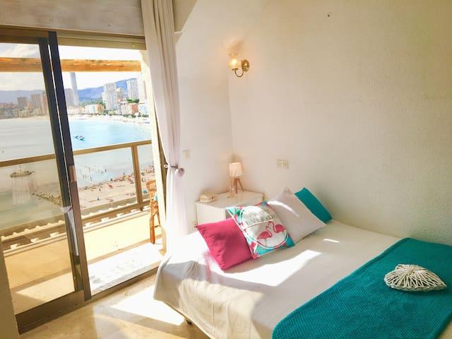 Chambre avec vue sur mer avec accès direct à la terrasse pour prendre son petit déjeuner en profitant de cette vue magnifique...