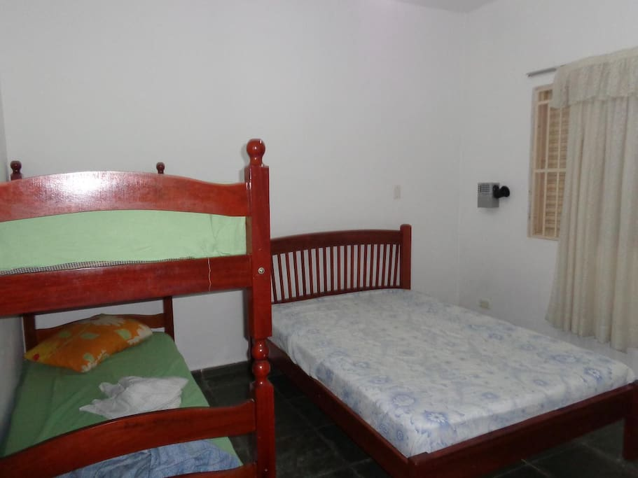 Quarto 2, cama de casal e beliche