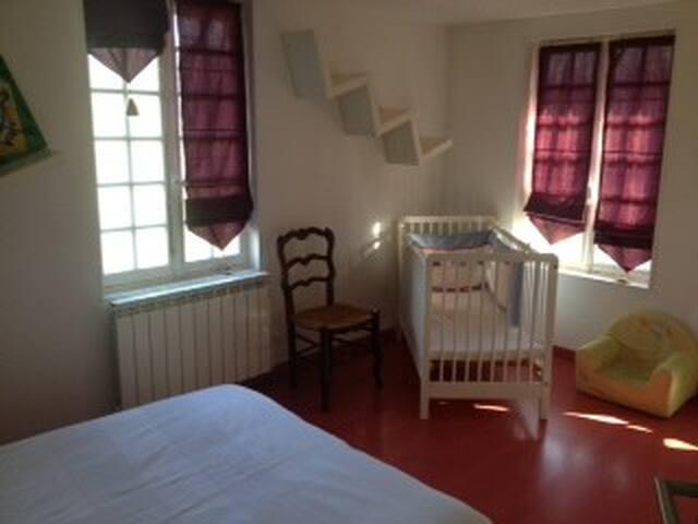 2 eme chambre au rez de chaussée; lit double et lit bébé