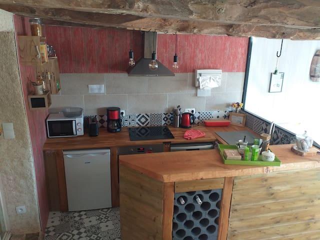 Coin cuisine, équipée d.un four, plaque électrique, réfrigérateur, cafetière, bouilloire, grillé pain. Idéal pour préparer vos repas.