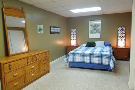 Private Basement Suite Easy Commute to DC Area - Gaithersburg - 一軒家