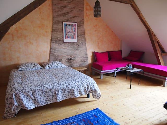 chambre spacieuse dans maison à la campagne