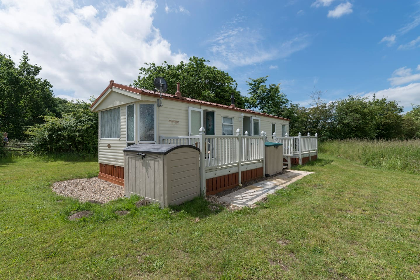 Mole End - up to 6 berth caravan, newly refurbished, delighful surroundings, based in Broadlands Park and Marina.