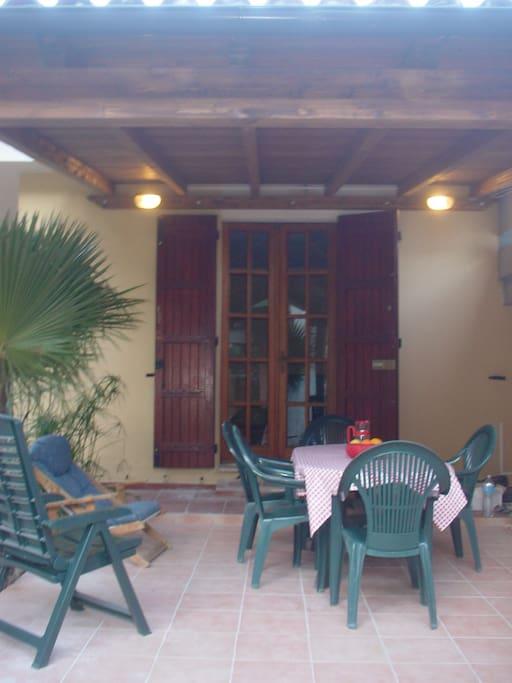 Patio coperto e attrezzato di villa Bouganvillea