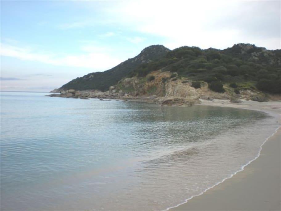 Spiaggia Cala Sinzias con promontorio