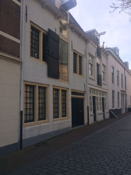 De voorzijde van het pittoreske karakteristieke gerenoveerde pakhuis, tegenover de St, Jacobskerk