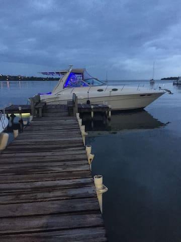 Yate en una impresionante Marina - Cabo Rojo