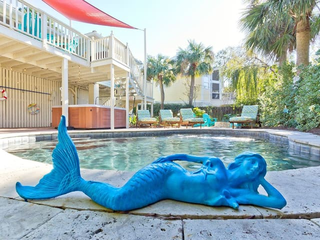 Pool/Hot Tub!  Walk to Beach.  Swim w/ a Mermaid!