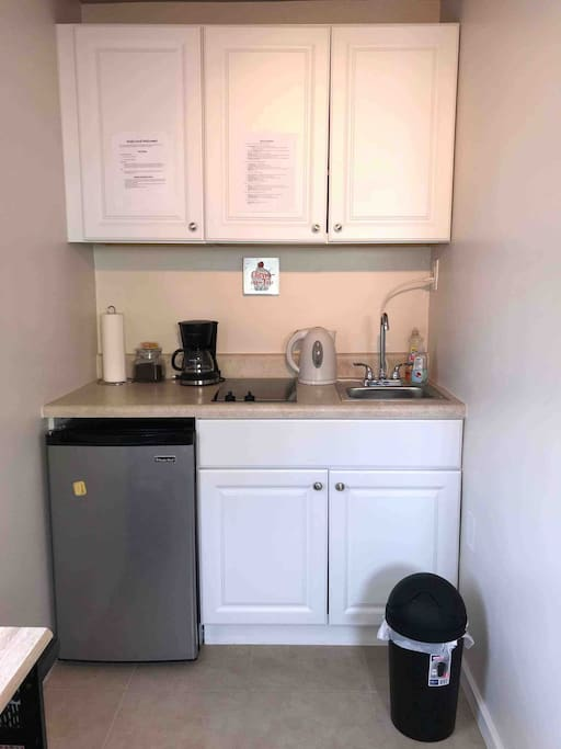 Small kitchenette that includes all the basic kitchen appliances and utensils.