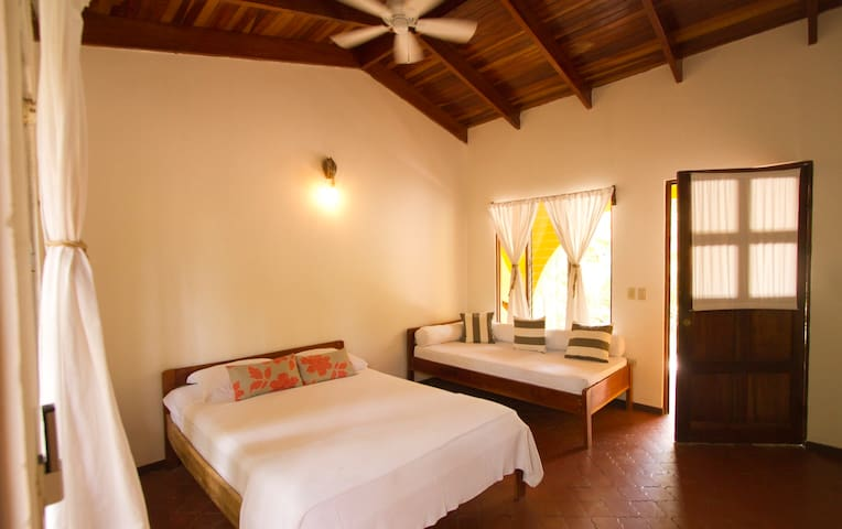 Private Rooms, 1 minute from beach. - Nosara - Cabaña