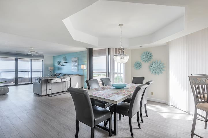 """Sea La Vie"" - Luxury Beachfront Condo"