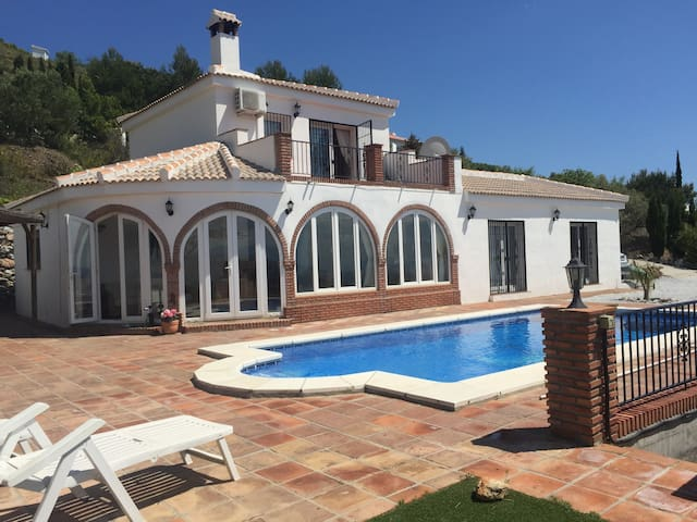 Luxurious villa with heated pool & mountain views - Cómpeta - Hus