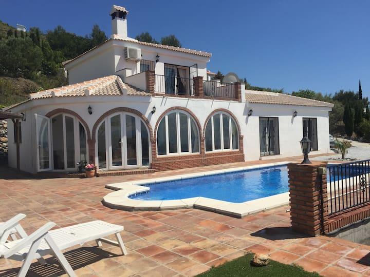 Luxurious villa with heated pool & mountain views