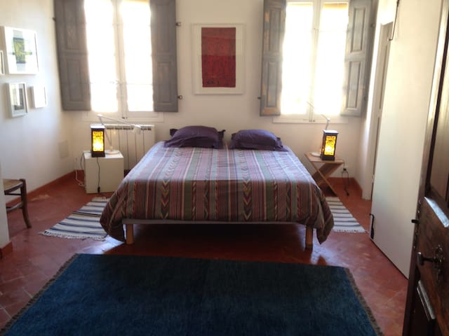 Beautiful bedroom large house downtown Cotignac - Cotignac - House