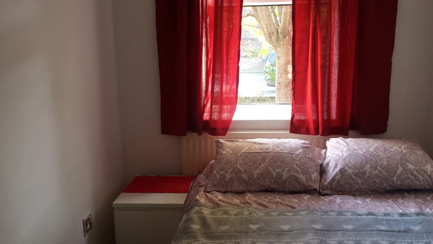Double bedroom in a nice area near Tower Hill.