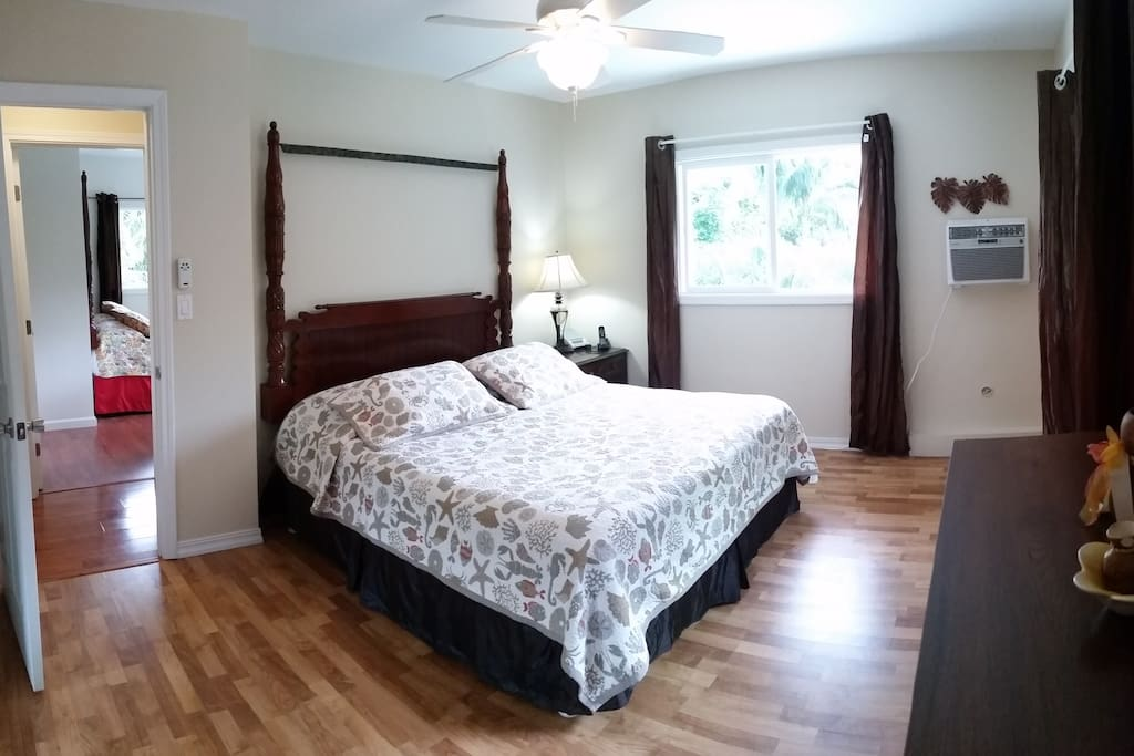 Large Master Bedroom w/ queen bed and A/C