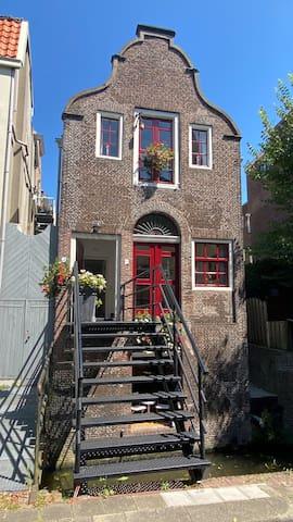 Historisch pakhuis (1731), centrum Gouda, rustig