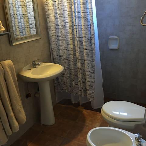 cuarto de baó con ducha