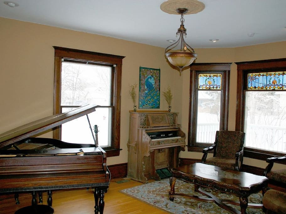 Music room: Baby Grand Piano, antique Pump Organ, guitars & other instruments to use FREE