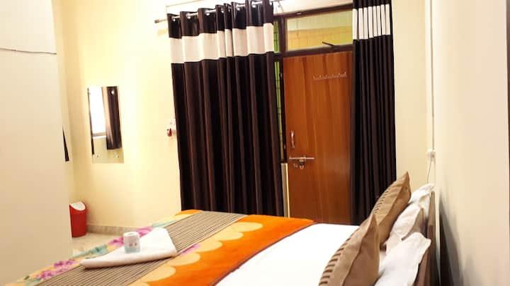 Mughal Bed Room with HOT WATER : Near Taj Mahal