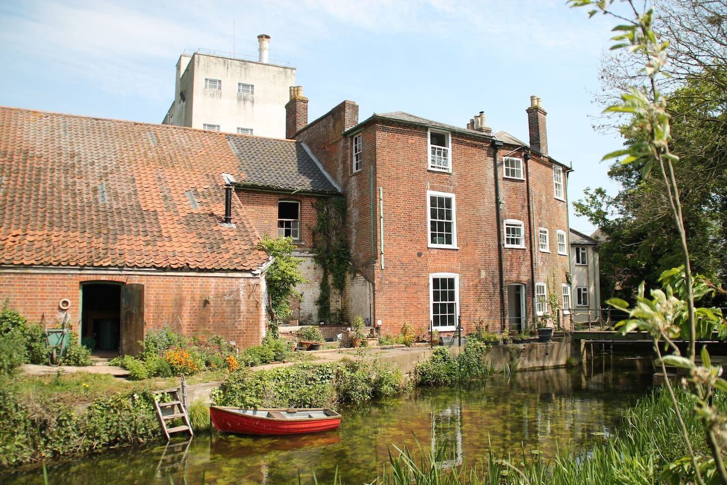 South-facing, right next to the River Waveney, with footbridge to garden.