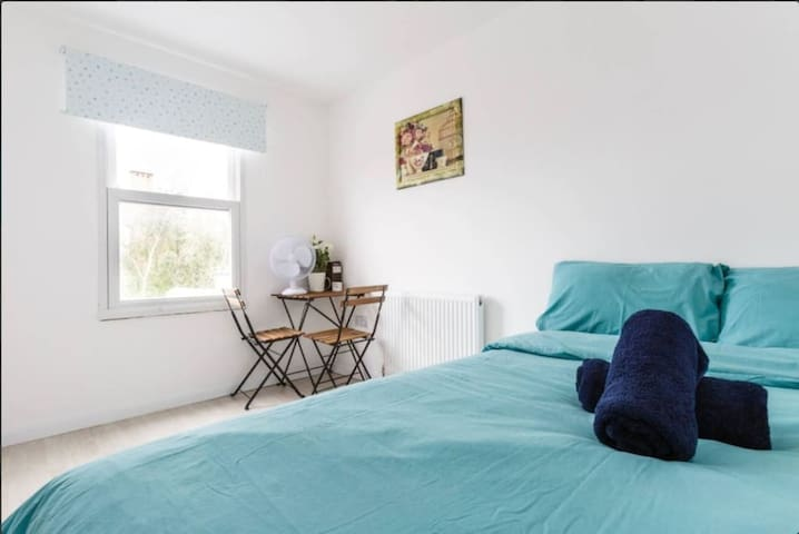 Stunning cute double bedroom Angel Station London