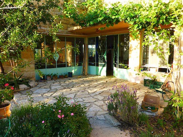 Beautiful stone house near Jerusalem - Givat Yearim - Huis