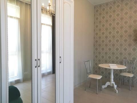 Сдам квартиру-студию с новым ремонтом, мебелью и техникой.